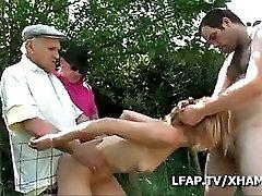 Papy Voyeur S Incruste Pour Baiser Une Meuf Dans Le Jardin