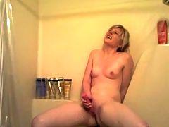 Blonde Mit dem Vibrator in der Dusche